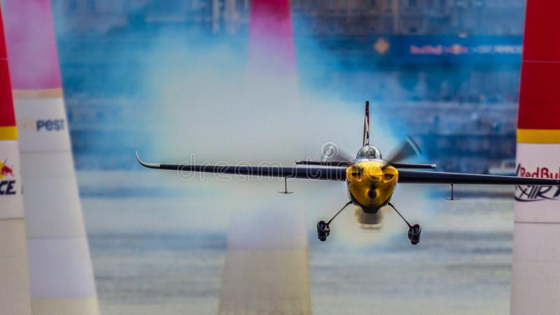 飞行他赢取的马丁Å onka在周围在布达佩斯红色公牛空气种族2018年 免版税库存照片