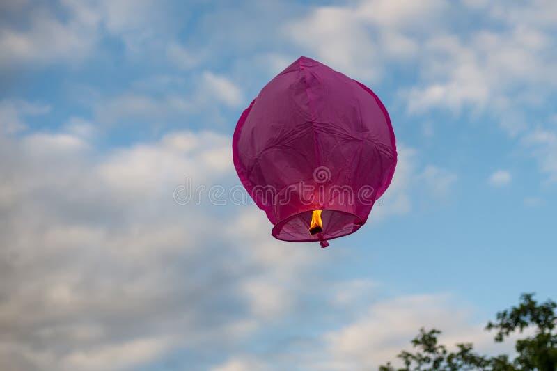飞行入天空的紫色天空灯笼 库存照片