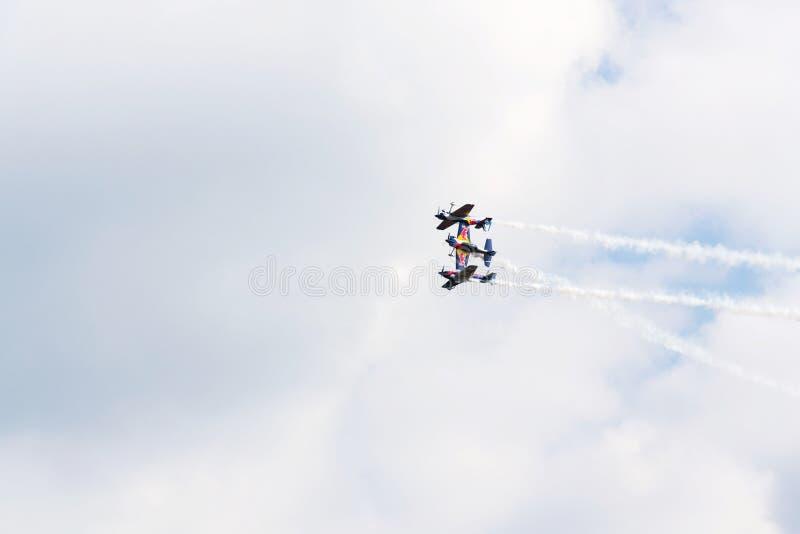 飞行公牛特技飞行在特技飞机合作 库存图片