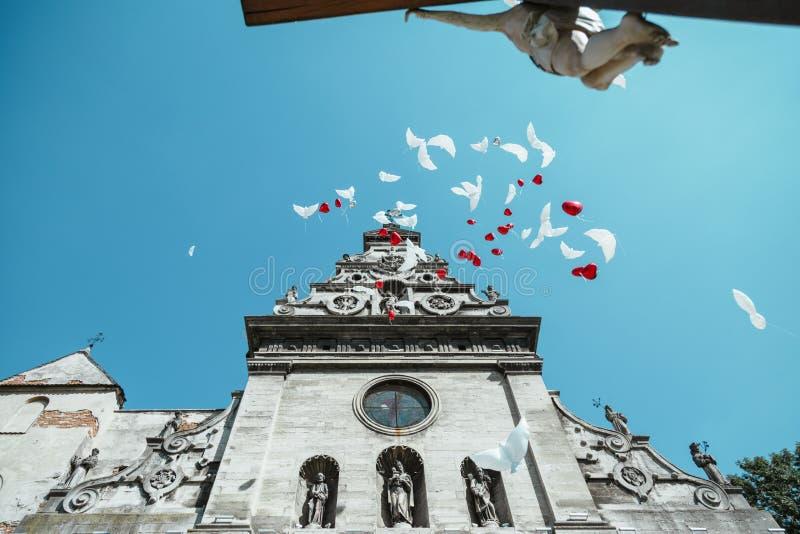 飞行到天空的气球 免版税库存照片