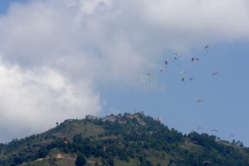 飞行反对喜马拉雅山,博克拉,尼泊尔的滑翔伞 库存图片