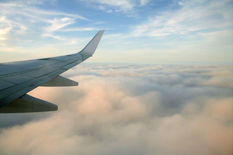 飞行右侧翼的航空器飞机 库存图片