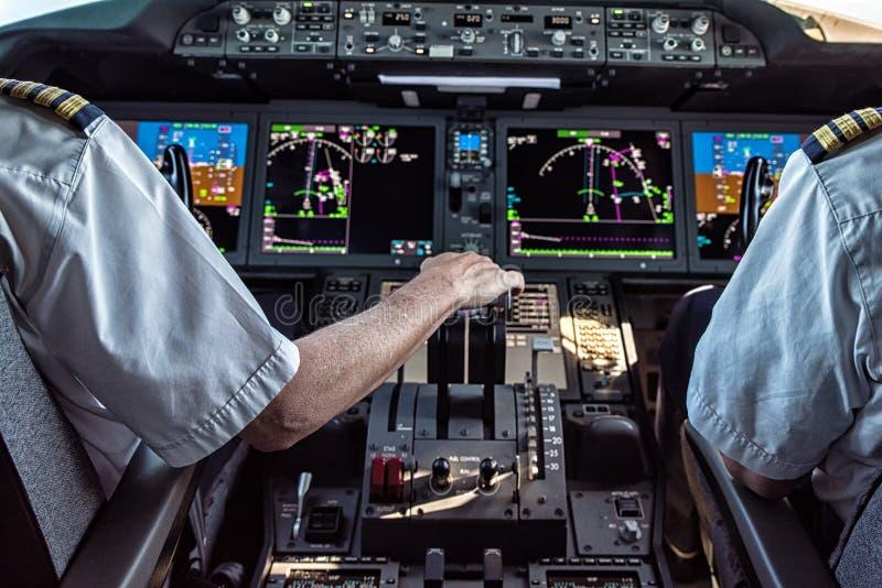 飞行员和副驾驶民航飞机的 免版税图库摄影