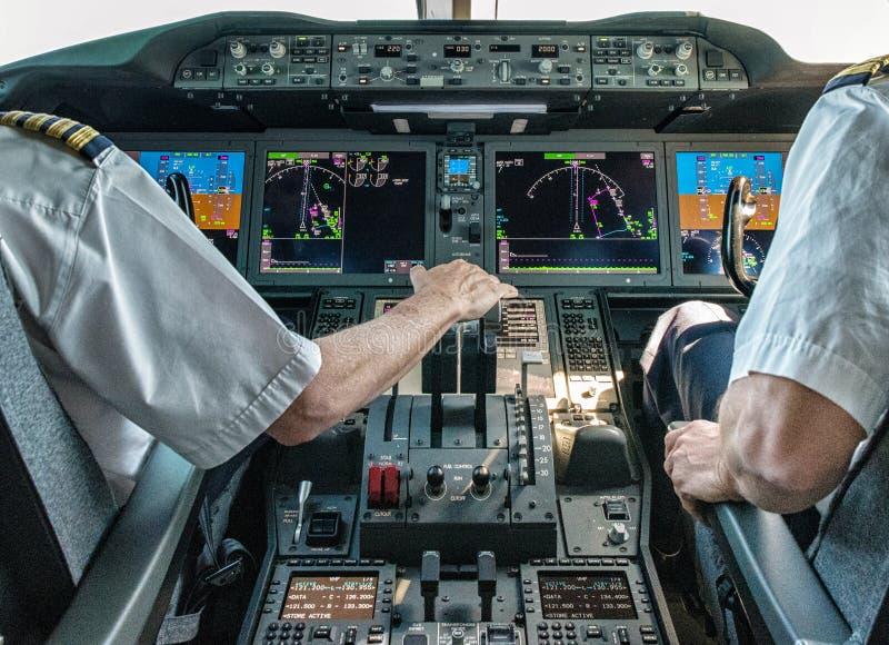 飞行员和副驾驶民航飞机的 免版税库存照片