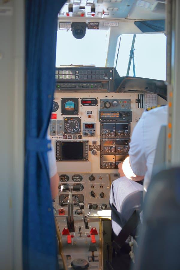 Download 飞行员在平面驾驶舱内 库存图片. 图片 包括有 协调, alameda, 驾驶舱, 机场, 乘员组, 挡水板 - 62535967