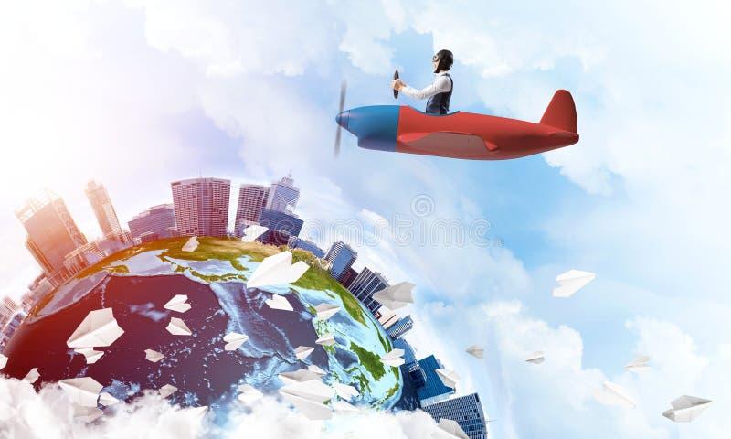 飞行员帽子的人有驾驶飞机的风镜的 免版税图库摄影