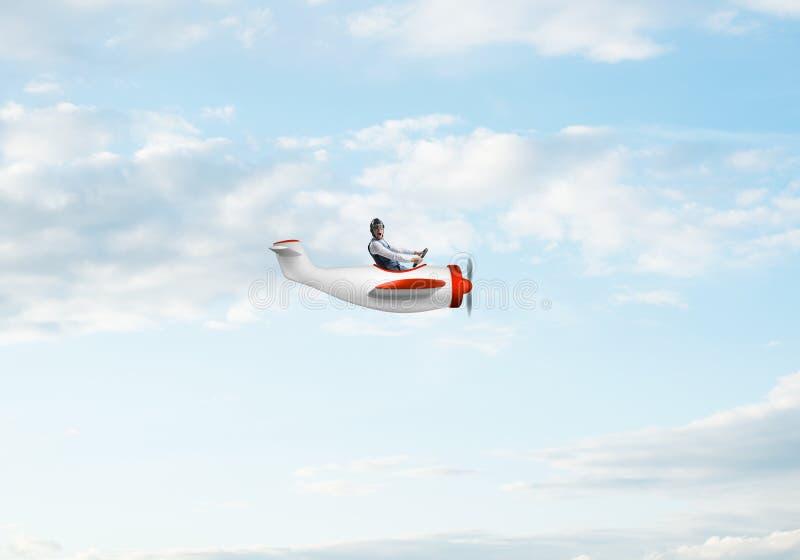 飞行员帽子的年轻人有风镜的 免版税库存照片