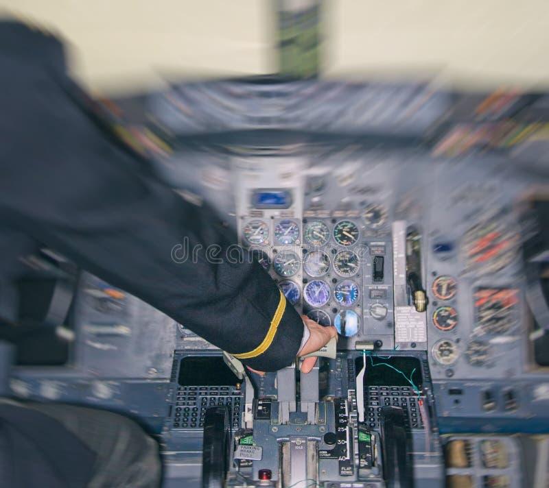 飞行员背面图机舱的 免版税库存照片
