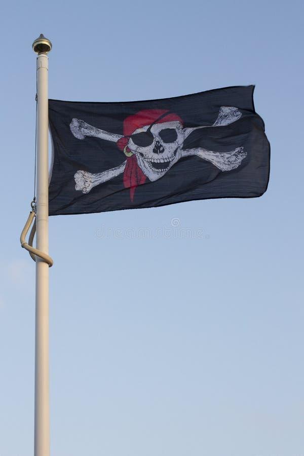 飞行在一好日子的海盗旗子 库存图片