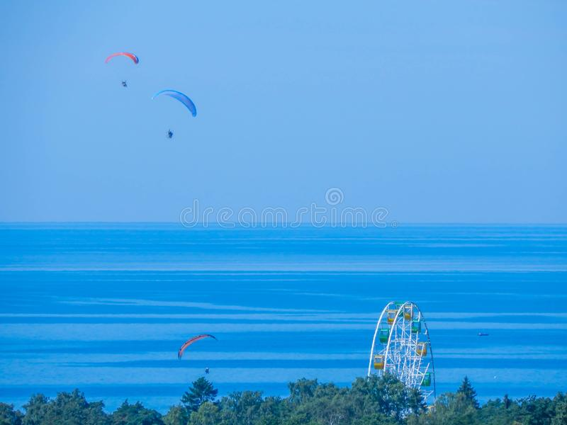 飞行在与的沿海的滑翔伞弗累斯大转轮前景 免版税库存图片