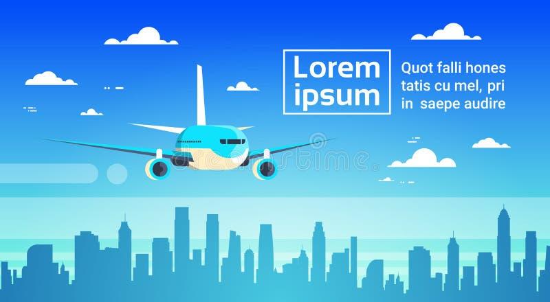 飞行在城市摩天大楼飞机的飞机在天空都市风景地平线背景中与拷贝空间 皇族释放例证