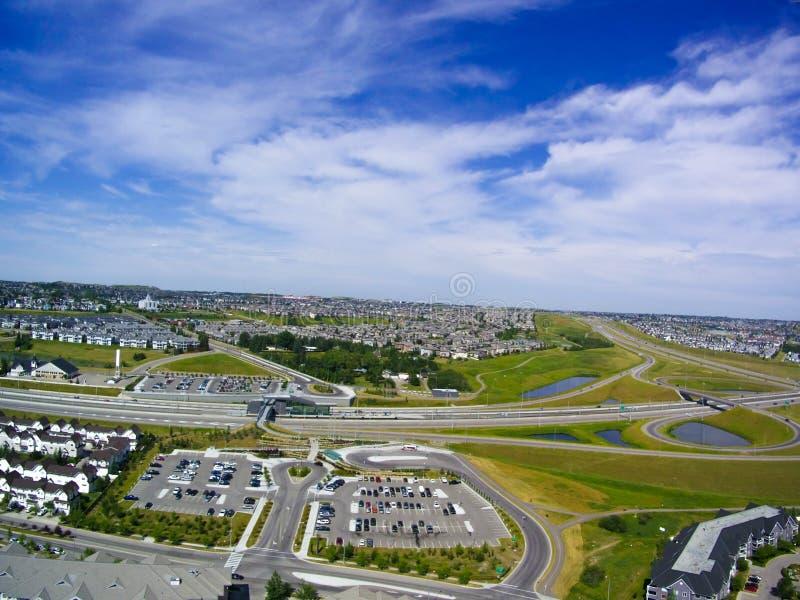 飞行在城市的寄生虫 免版税库存图片