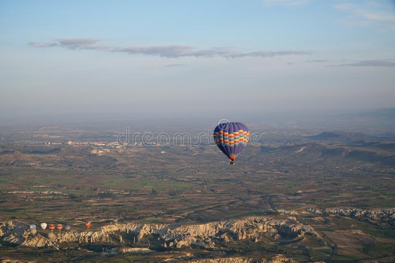 飞行在天空的轻快优雅美丽的景色在卡帕多细亚 免版税库存照片