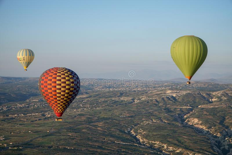 飞行在天空的轻快优雅美丽的景色在卡帕多细亚 库存图片