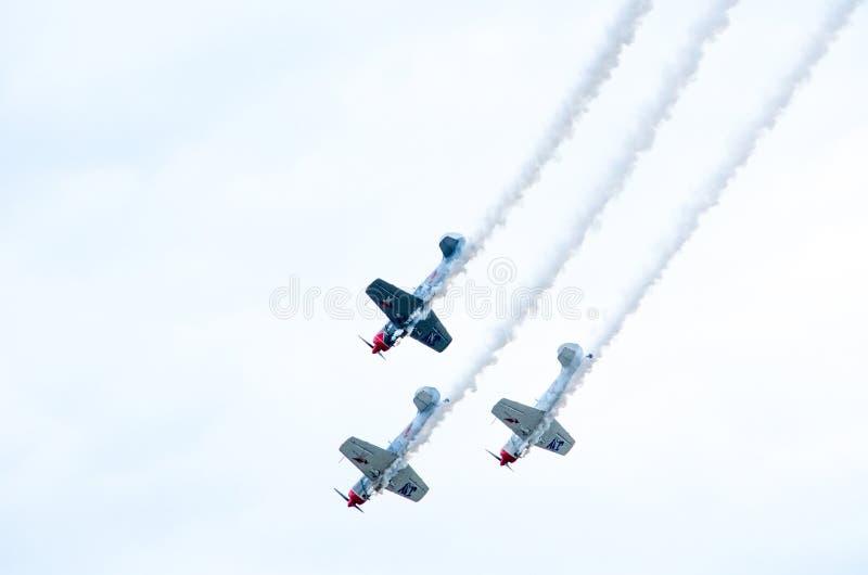 飞行在展示的空中飞机 免版税库存图片