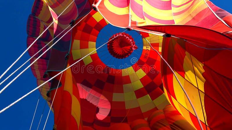 飞行在岩石风景的热空气气球在卡帕多细亚土耳其 图库摄影