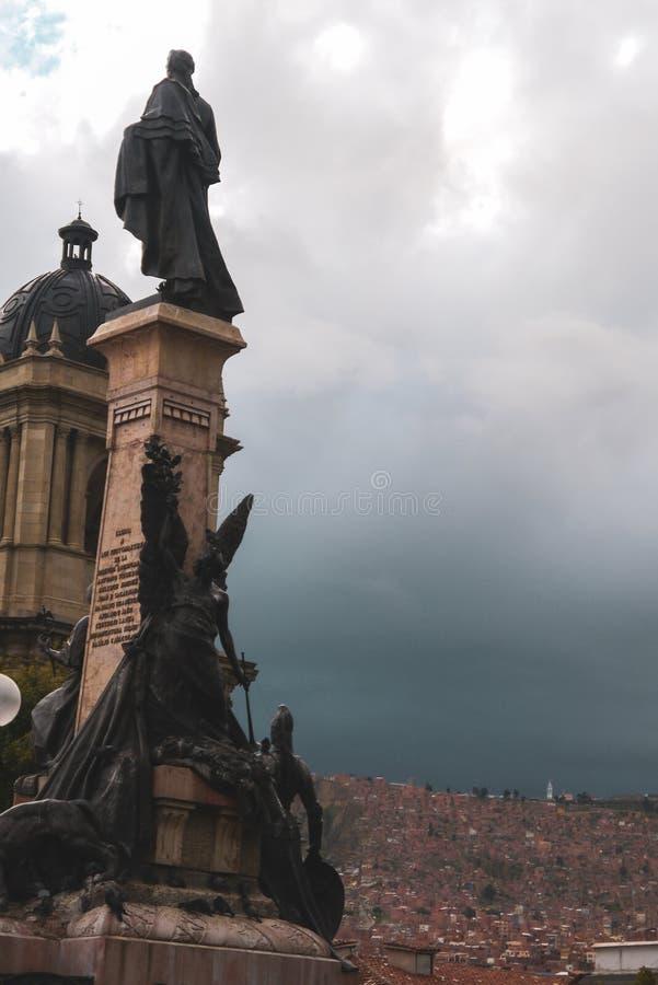 飞行在广场牟利罗上的鸽子在玻利维亚 库存图片
