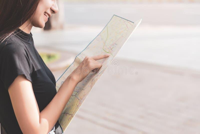 飞行在旅行的概念背景的地图的旅客妇女与葡萄酒口气 免版税库存图片