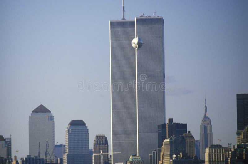 飞行在曼哈顿,纽约的软式小型飞艇 免版税库存图片
