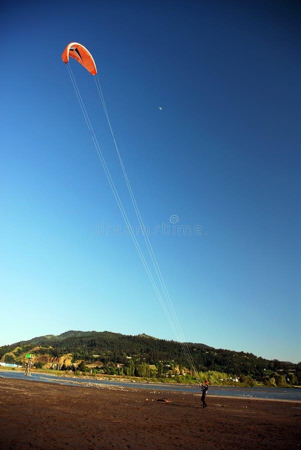飞行在河附近的风筝 图库摄影