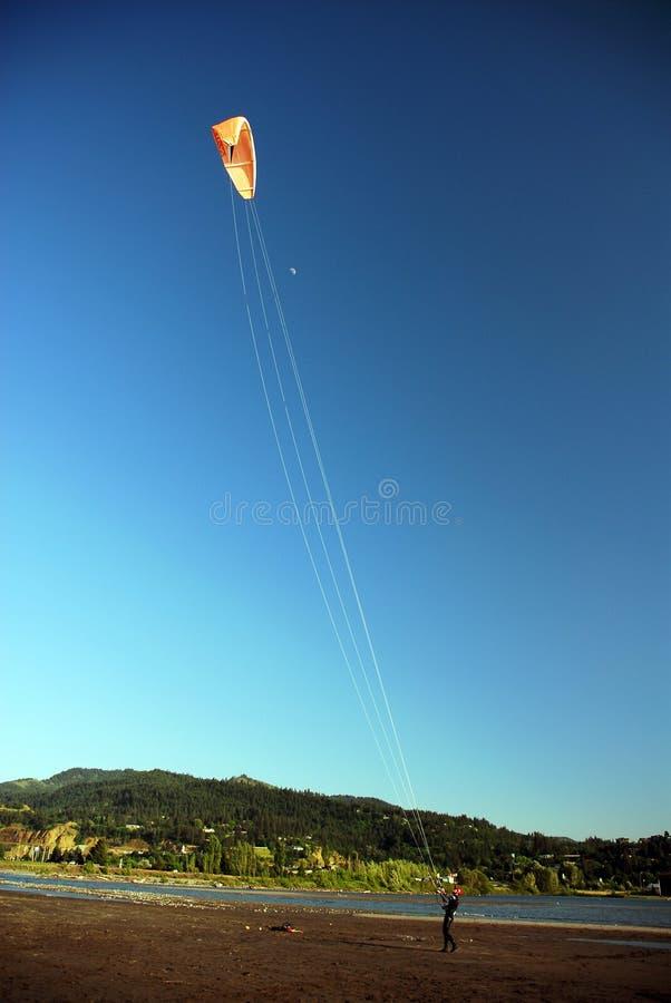 飞行在河附近的风筝 库存照片