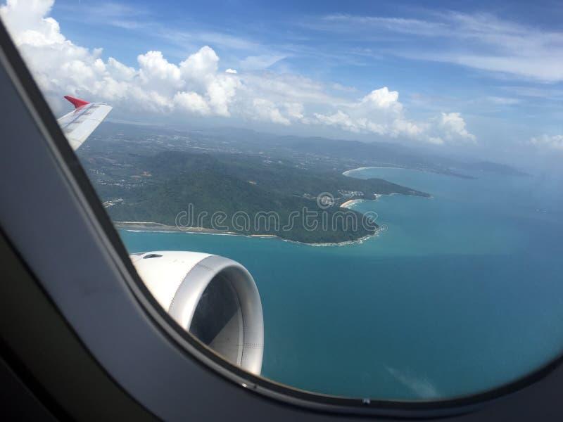 飞行在海岛海岸线的航空器 库存图片