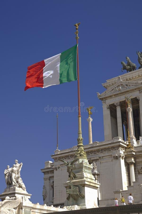 飞行在纪念碑的意大利旗子到Victor伊曼纽尔II,罗马,意大利,欧洲国王 图库摄影