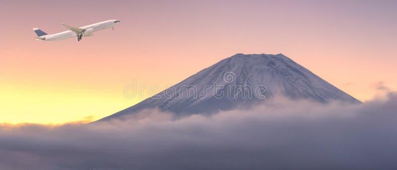 飞行在美好的自然风景的商业飞机 免版税库存图片