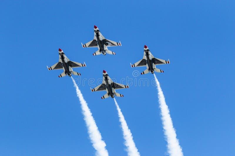 飞行在菱形队形的美国空军雷鸟在头顶上 图库摄影