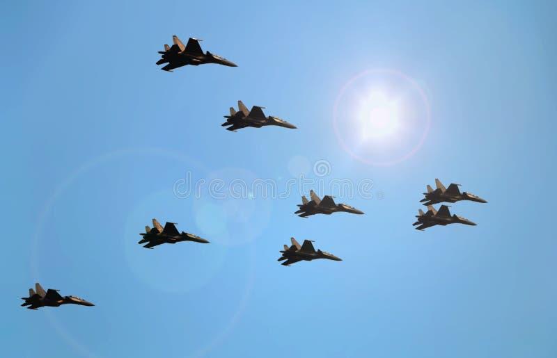 飞行在蓝天下的喷气式歼击机 免版税库存图片