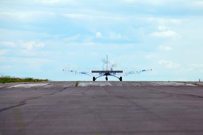 飞行在跑道反对蓝天 库存图片