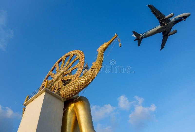飞行在酸值的苏梅岛大菩萨的班机 库存图片