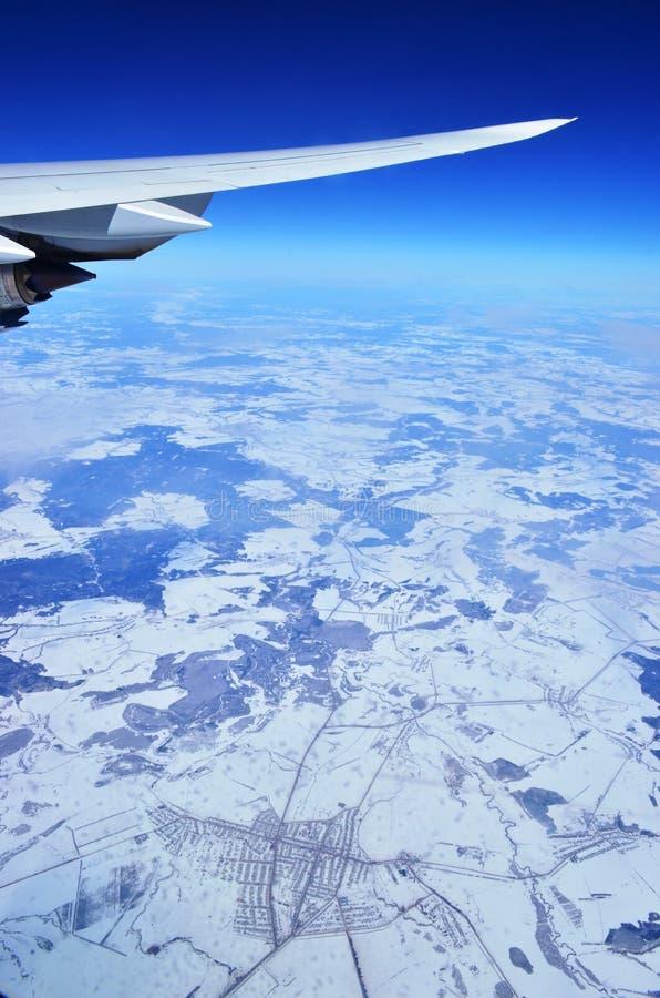 飞行在雪原 免版税库存照片