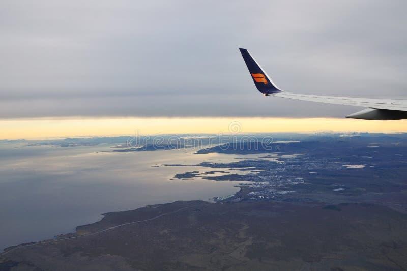 飞行在雷克雅未克风雨如磐的天空的Icelandair航空公司  免版税库存照片