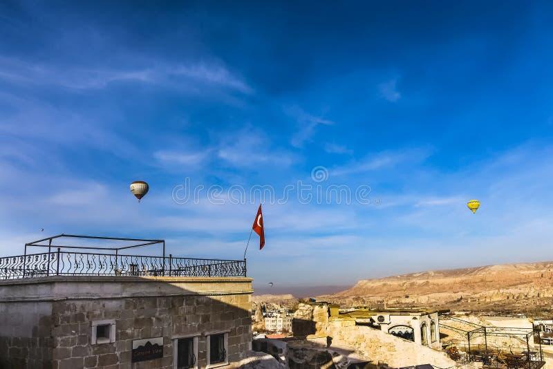飞行在Cappadicia的两个热空气气球 库存照片