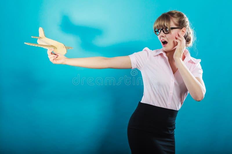 飞行恐惧 拿着飞机的妇女手中 免版税库存图片