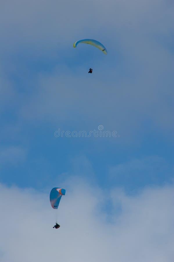 飞行接近彼此的两个滑翔伞在冰岛的南部 免版税库存照片