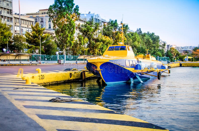 飞行海豚类型船在比雷埃夫斯港靠了码头在希腊 库存图片