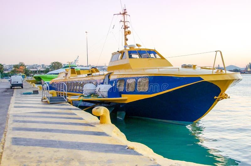 飞行海豚类型船在比雷埃夫斯港靠了码头在希腊 免版税库存照片