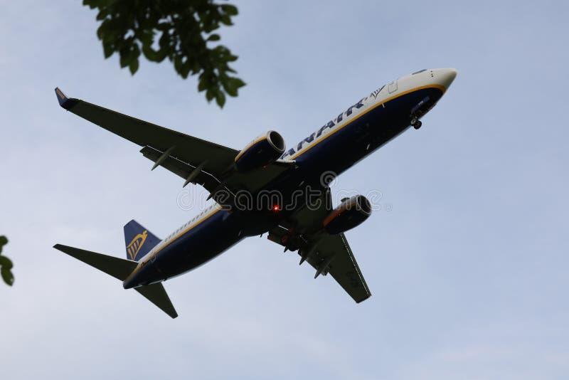 飞行由假日目的地决定的瑞安航空公司波音喷气机 图库摄影
