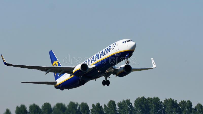 飞行由假日目的地决定的瑞安航空公司波音喷气机 库存照片