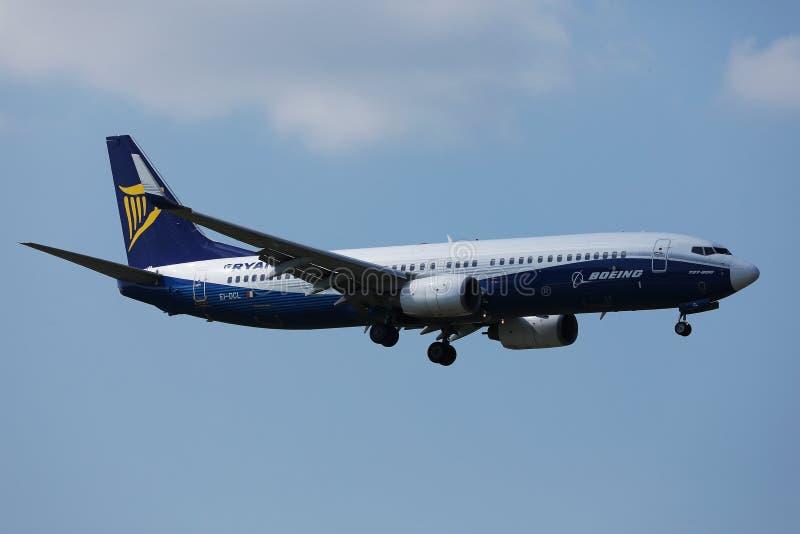 飞行由假日目的地决定的瑞安航空公司波音喷气机 库存图片