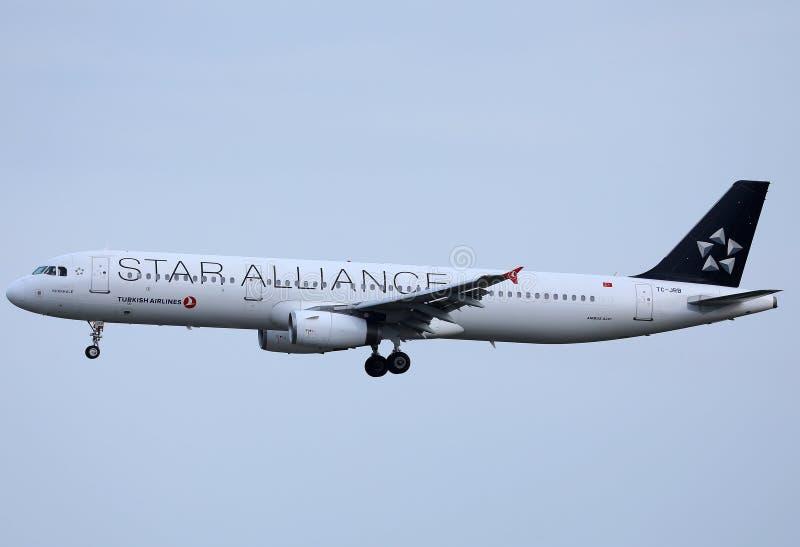 飞行由异国目的地决定的星空联盟土耳其航空喷气机 免版税库存图片