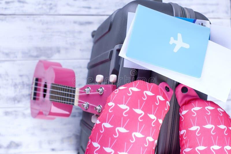飞行的文件和护照,手提箱在机场 一次旅行在度假与吉他的 复制空间 免版税图库摄影