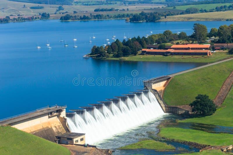 飞行的照片水坝墙壁瀑布小船环境美化 库存照片