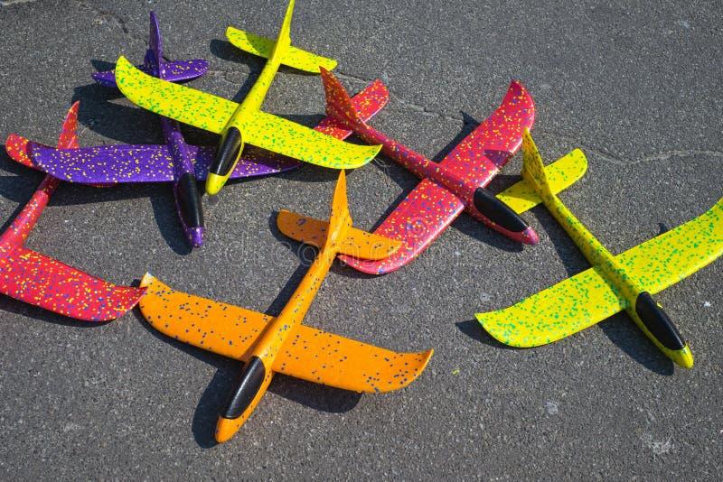飞行的玩具起泡沫投掷的滑翔机飞机待售 室外活动的模型飞机 库存图片