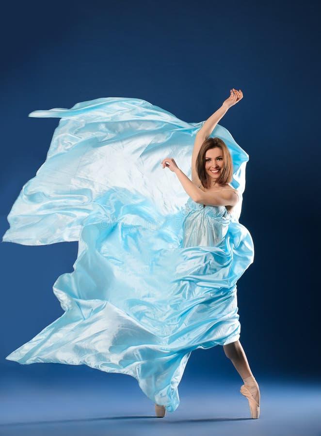 飞行的蓝色礼服芭蕾舞女演员 免版税库存图片