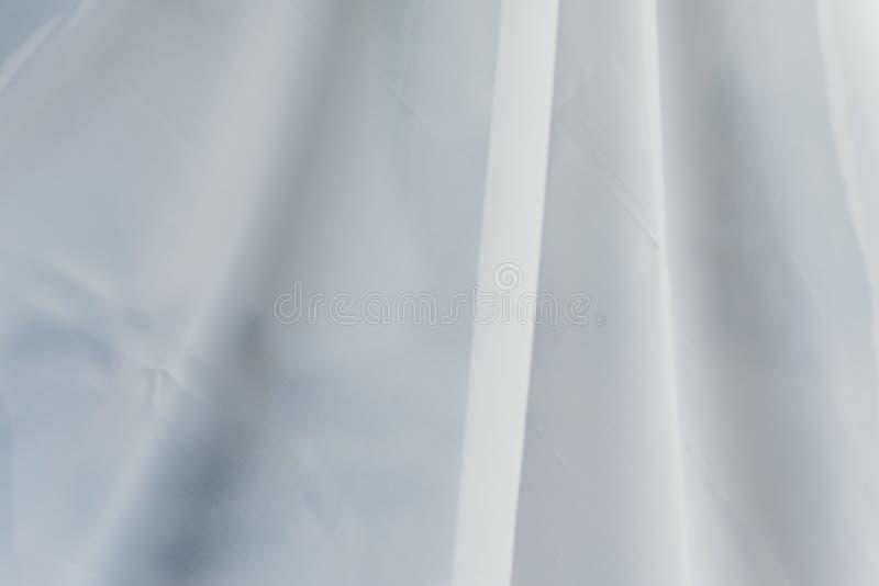 飞行的透明织品 与波浪的白色织品对此 帷幕折叠 免版税库存照片