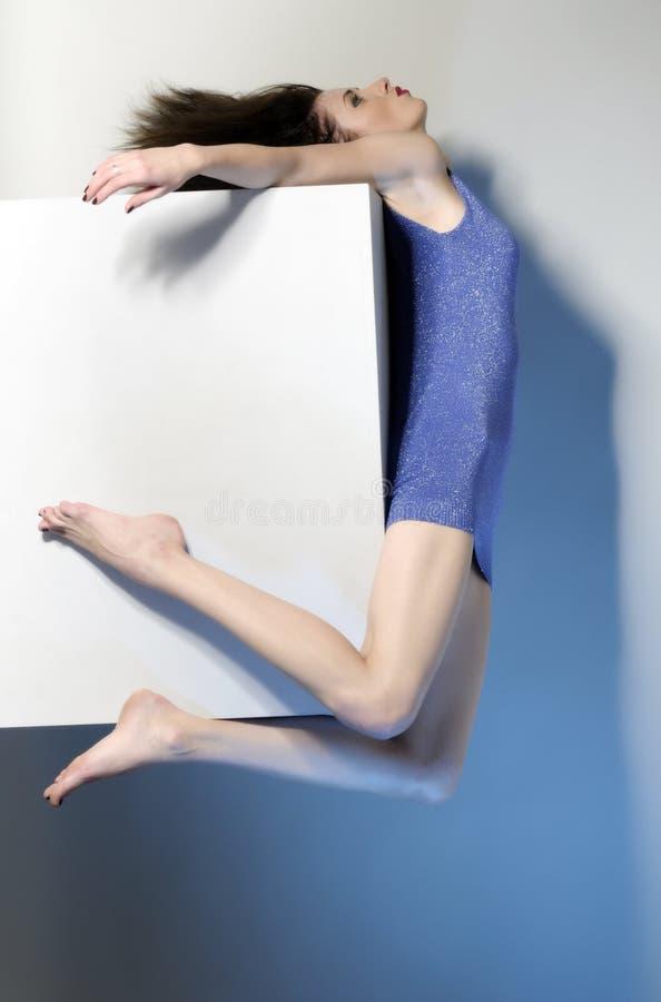 飞行短的妇女的美丽的蓝色礼服 免版税库存图片