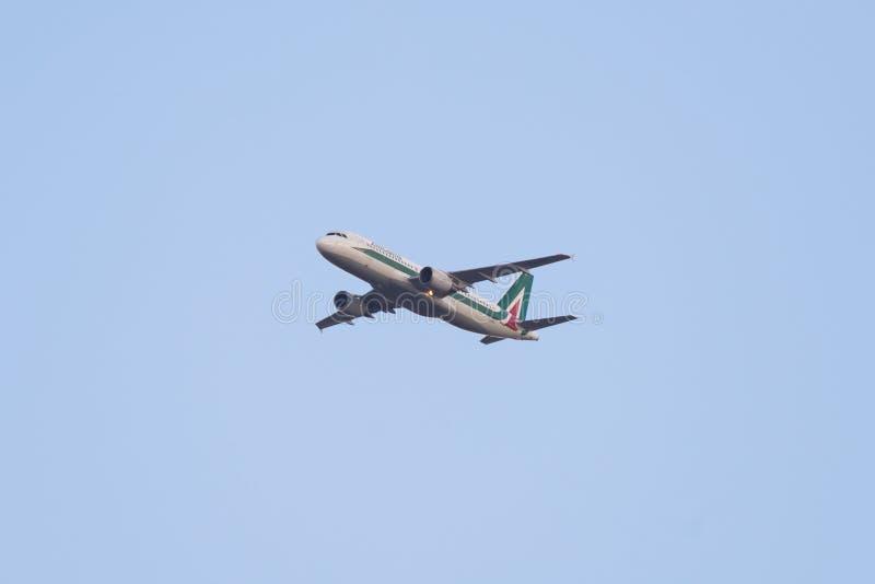飞行空客320航空器,意大利航空国内航班 免版税库存图片